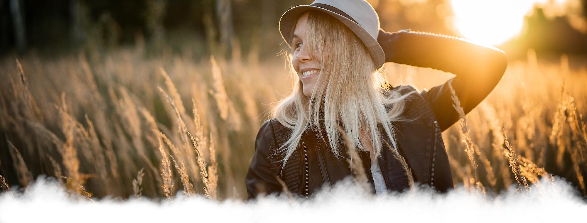 Frau mit Hut im Kornfeld